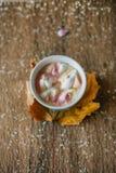 Caffè con la caramella gommosa e molle in una tazza blu-chiaro Fotografia Stock