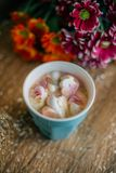 Caffè con la caramella gommosa e molle in una tazza blu-chiaro Immagini Stock