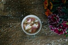 Caffè con la caramella gommosa e molle in una tazza blu-chiaro Immagini Stock Libere da Diritti