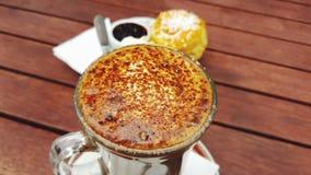 Caffè con la focaccina al latte e l'inceppamento Immagini Stock Libere da Diritti