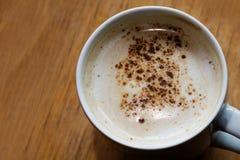 Caffè con la schiuma del latte ed il cacao su una tavola di legno, spazio della copia Fotografia Stock Libera da Diritti