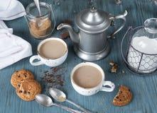 Caffè con latte ed i biscotti di farina d'avena casalinghi Fotografia Stock Libera da Diritti