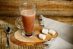 Caffè con latte su fondo di legno con il cucchiaio e lo ze Fotografia Stock Libera da Diritti