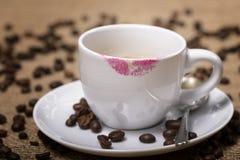 Caffè con le tracce del rossetto Fotografie Stock Libere da Diritti