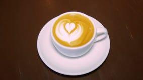 Caffè con panna montata in una tazza bianca video d archivio
