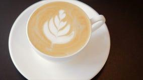 Caffè con panna montata in una tazza bianca stock footage