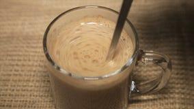 Caffè con panna montata in una tazza trasparente stock footage