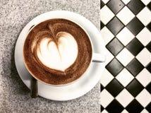 Caffè con un cuore immagini stock