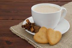 Caffè crema con i cuori del biscotto Immagine Stock Libera da Diritti