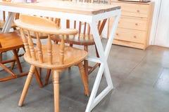Caffè d'annata di stile con le sedie di legno Decorato con mobilia di legno immagini stock
