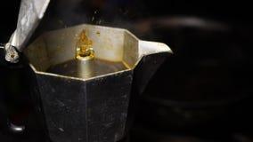Caffè d'ebollizione nel vaso della moca archivi video
