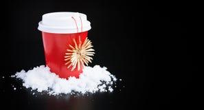 Caffè da andare nelle decorazioni rosse di natale e della tazza sul nero fotografia stock