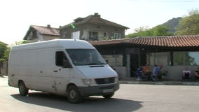 Caffè del bordo della strada nel villaggio di Anton in Bulgaria stock footage