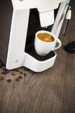 Caffè del caffè espresso fatto con le capsule a casa Immagine Stock Libera da Diritti