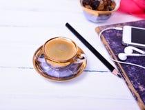 Caffè del caffè espresso su una superficie di legno bianca Fotografia Stock Libera da Diritti