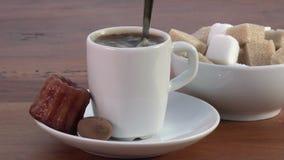 Caffè del caffè espresso, zucchero e piccolo dolce archivi video