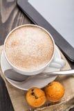 Caffè del cappuccino con i muffin Fotografia Stock Libera da Diritti