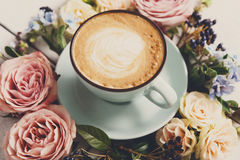 Caffè del cappuccino e composizione nei fiori su legno bianco Immagini Stock Libere da Diritti
