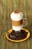 Caffè del Capuccino con i fagioli immagine stock