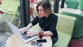 Caffè del computer portatile della donna video d archivio