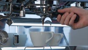 Caffè del caffè espresso che versa dalla macchina di caffè espresso Fotografia Stock Libera da Diritti