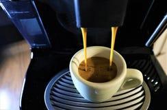 Caffè del caffè espresso dalla macchina del caffè fotografie stock libere da diritti