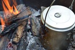 Caffè del fuoco di accampamento Fotografia Stock Libera da Diritti