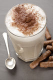 Caffè del latte con cacao in polvere in un vetro Fotografie Stock