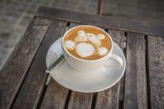 Caffè del Latte con l'orso bianco con cuore per il biglietto di S. Valentino fotografia stock