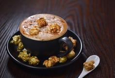 Caffè del Latte della pallottola della crema del popcorn fotografia stock libera da diritti