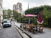 Caffè del marciapiede con il punto di vista di Notre Dame, Parigi Fotografia Stock