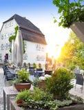 Caffè dell'aria aperta sulla via nella piccola città della Germania Immagini Stock Libere da Diritti