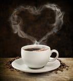 Caffè dell'innamorato del fumo con il percorso di ritaglio. Fotografia Stock