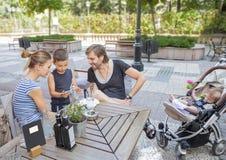 Caffè della famiglia all'aperto che lega i giovani Fotografie Stock Libere da Diritti