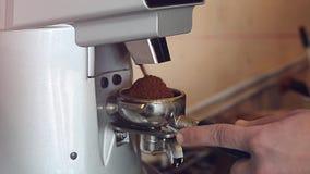 Caffè della macinazione del primo piano ed unirlo in un supporto stock footage