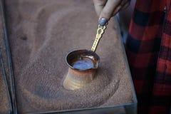 Caffè della sabbia di fabbricazione in un cezve di rame Caffè turco, caffè georgiano fotografie stock libere da diritti