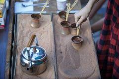 Caffè della sabbia di fabbricazione in un cezve di rame Caffè turco, caffè georgiano fotografia stock libera da diritti