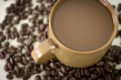 Caffè della stampa del francese con gli interi chicchi di caffè Fotografia Stock Libera da Diritti