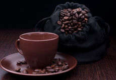 Caffè della tazza con i grani immagini stock