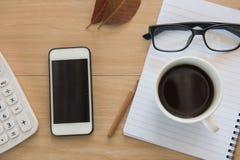 Caffè della tazza sulla tavola di legno Business Objects nell'ufficio Fotografie Stock Libere da Diritti