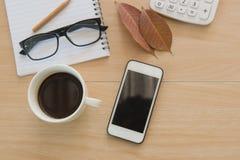 Caffè della tazza sulla tavola di legno Business Objects nell'ufficio Fotografia Stock Libera da Diritti