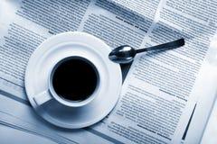 Caffè della tazza sulle notizie di affari Fotografia Stock