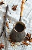 Caffè della vaniglia nel cezve tradizionale con un baccello della vaniglia Fotografia Stock Libera da Diritti