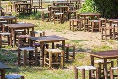 Caffè della via di estate con le tavole e le sedie di legno Fotografie Stock