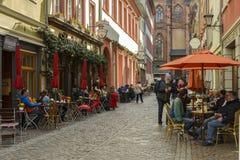 Caffè della via nella vecchia città di Heidelberg, Germania fotografie stock libere da diritti