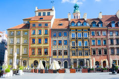 Caffè della via sul ` s Città Vecchia Market Place Rynek Starego Miasta di Varsavia il giorno soleggiato, che è parte concentrare Immagini Stock