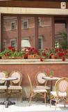 Caffè della via Tabelle, sedie, fiori in vasi Immagine Stock