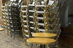 Caffè delle sedie prima dell'apertura di mattina fotografie stock