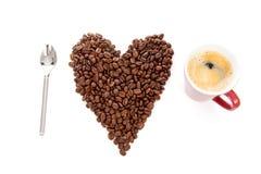 Caffè di amore del testo I in fagioli e tazza Immagini Stock