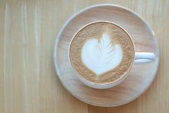 Caffè di arte del Latte e chicchi di caffè arrostiti a mattina con la s Immagine Stock Libera da Diritti